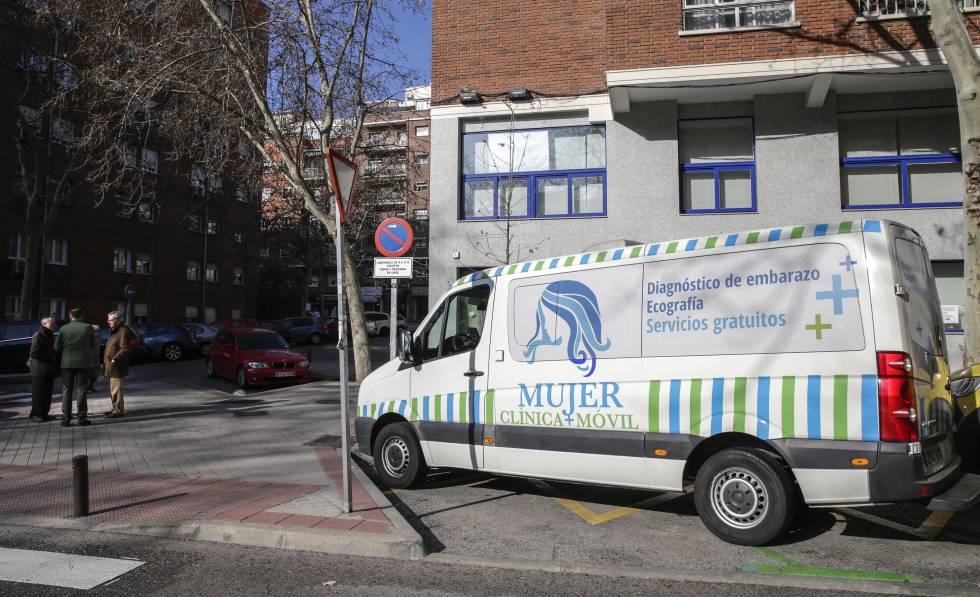 Antiabortistas junto a una ambulancia que realiza tests de embarazo y ecografías aparcada frente a la Clínica Dator.