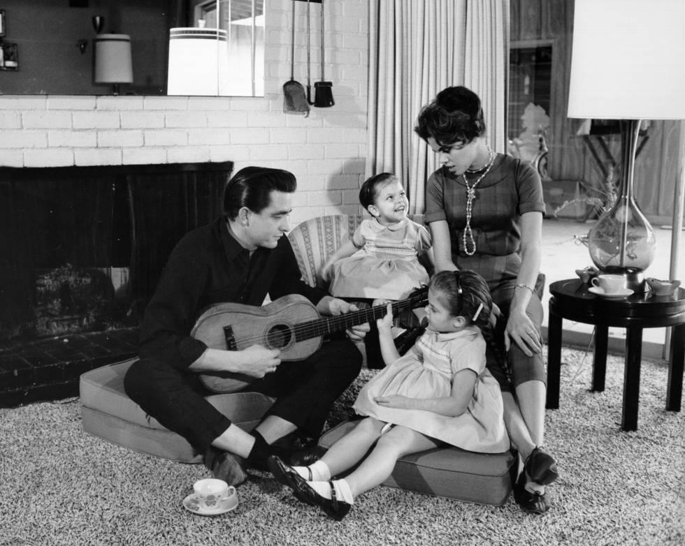 Johnny Cash con su esposa Vivian Liberto y sus hijas Rosanne y Kathy en 1957.