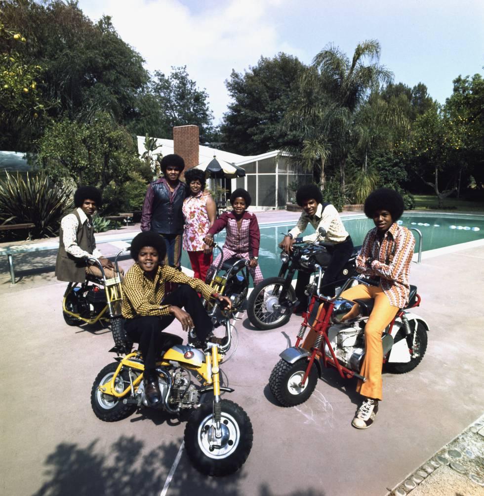 Jackie, Michael, Joe, Katherine, Marlon, Tito y Jarmaine Jackson en el jardín de su casa de Encino (California).