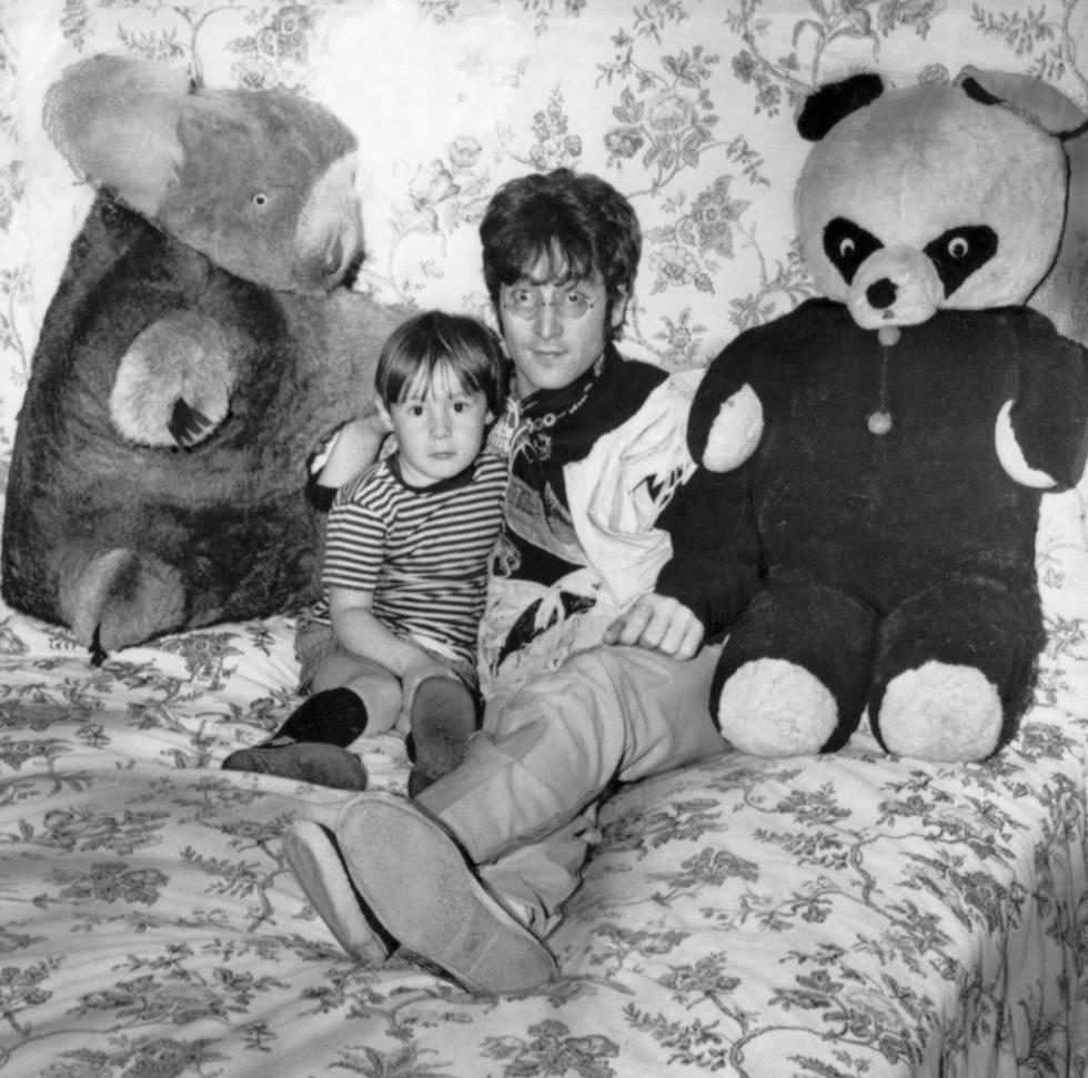 John Lennon y su hijo Julian en su casa de Surrey en 1968.