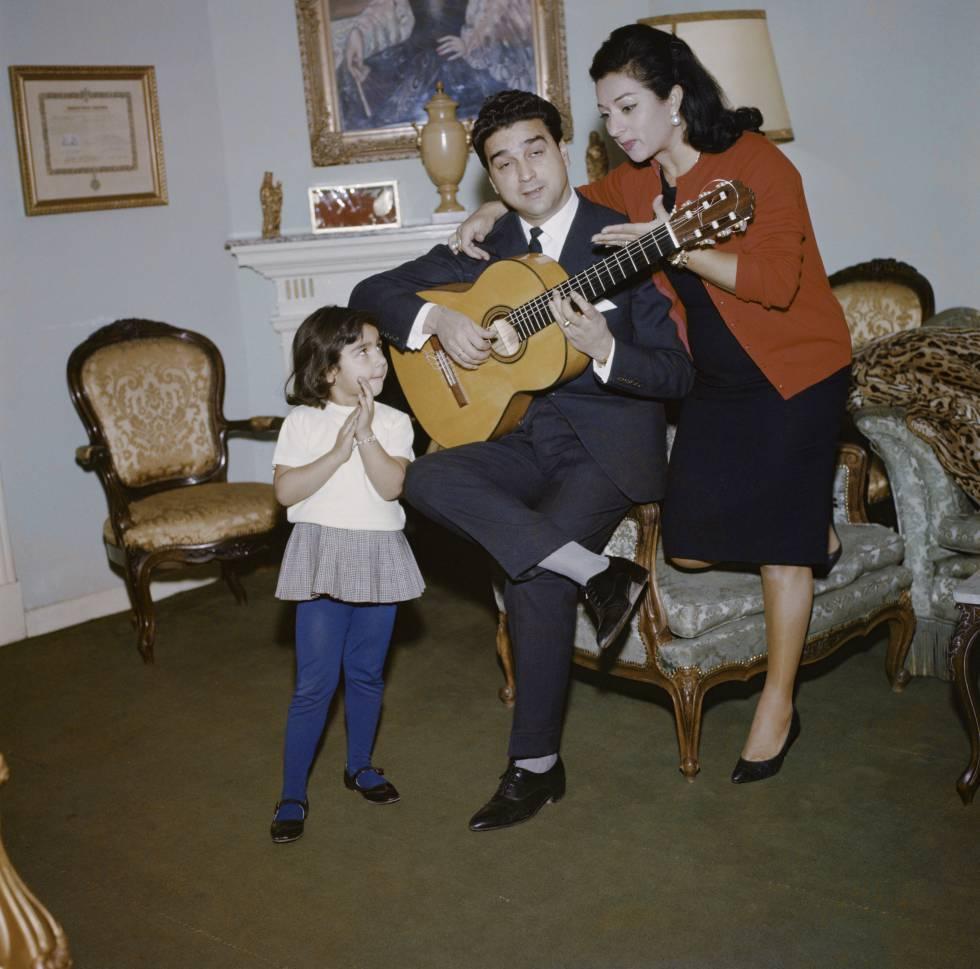 Lola Flores y Antonio González 'El Pescaílla' con su hija Lolita.
