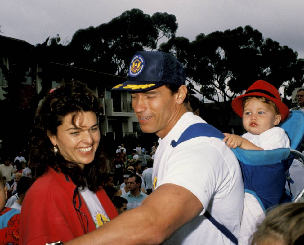 Maria Shriver, Arnold Schwarzenegger y su hija Katherine en 1990.