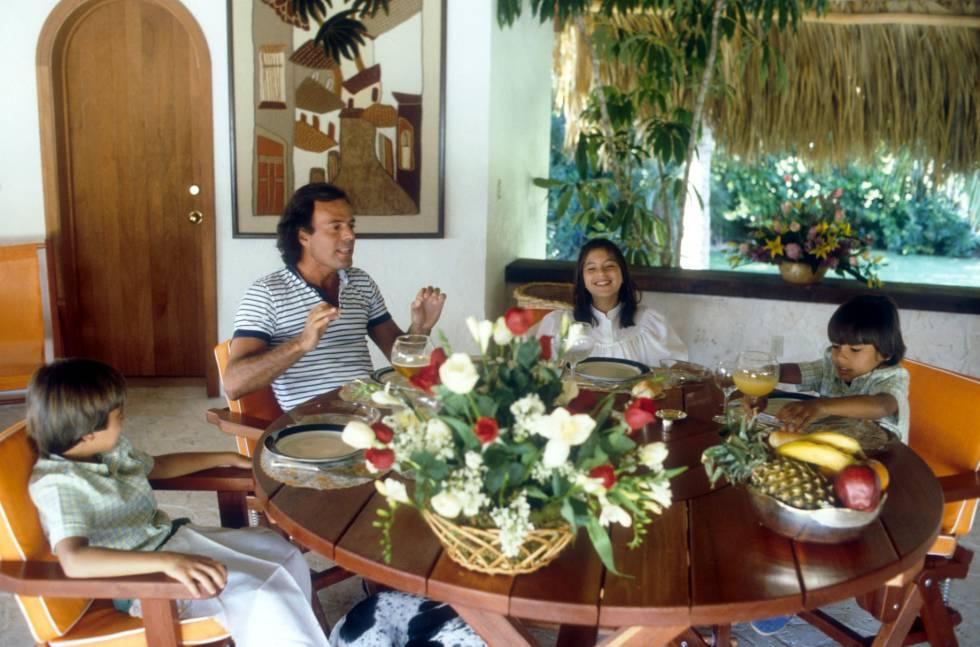 Julio Iglesias con Julio José, Chábeli y Enrique en Miami en 1981.