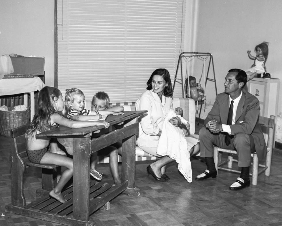 Lucia, Paola, Miguel, Lucia Bose y Luis Miguel Dominguin en su casa de Madrid en 1962.