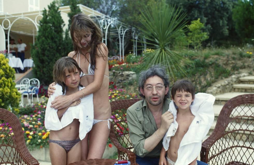 Jane Birkin y Serge Gainsbourg con su hija Charlotte (que posa con él) y con Kate (que Jane tuvo en un matrimonio anterior y posa con ella) en Saint Tropez.