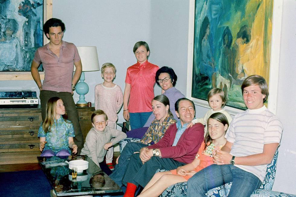 Kiko Ledgard en su casa de Madrid en 1972 con su esposa, Ana Teresa, y sus hijos.