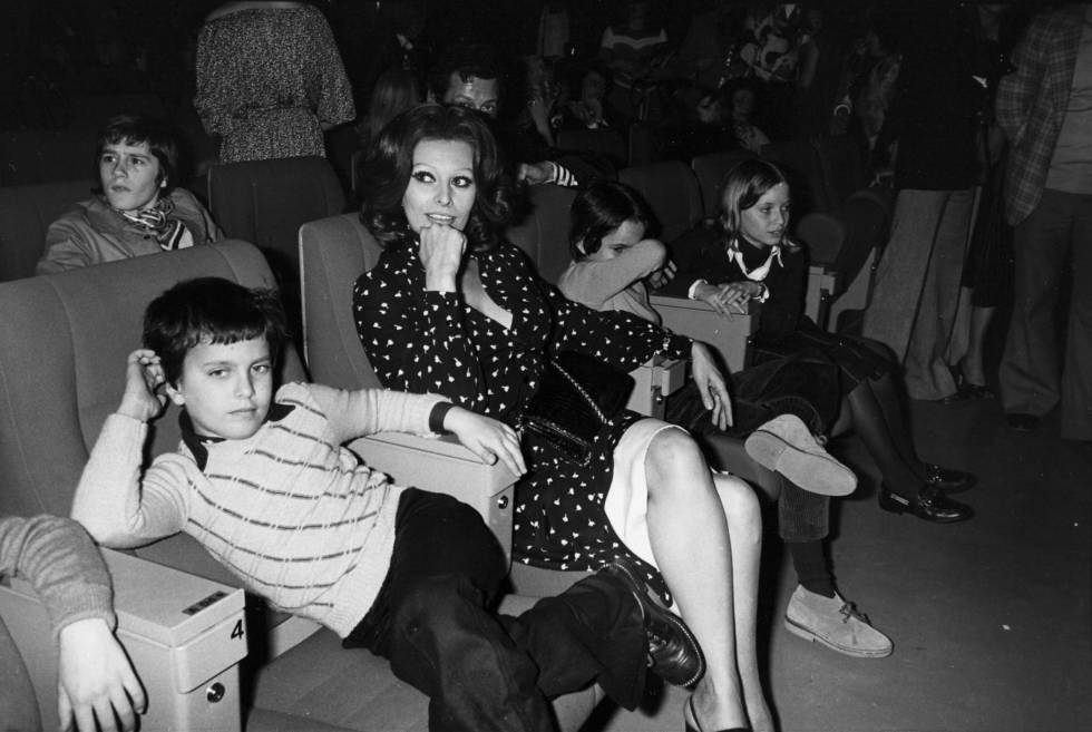 Sofia Loren en el cine con sus hijos Eduardo (primer plano) y Carlo (que se tapa con el brazo) en 1984.