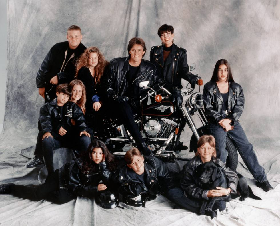 Empezando por arriba a la derecha, en orden de las agujas del reloj: Burton Jenner, Khloe Kardashian, Caitlyn Jenner (entonces llamado Bruce), Kris Jenner, Kim Kardashian, Brandon Jenner, Brody Jenner, Kourtney Kardashian, Robert Kardashian, Jr. y Cassandra Jenner.