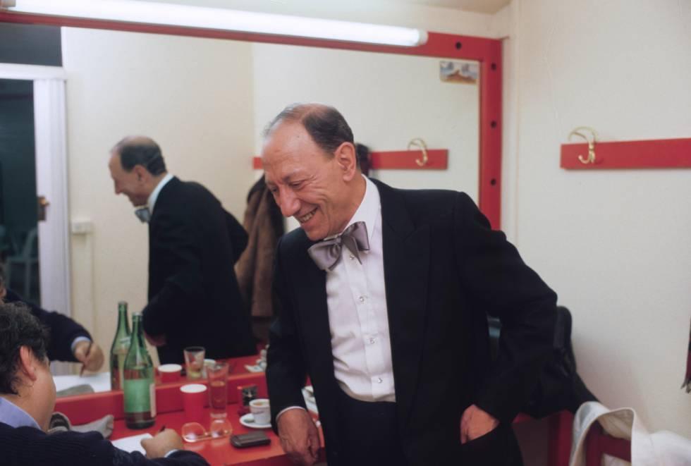 El mítico Renato Carosone en el 'backstage' tras un concierto. El músico no necesitó traducir sus canciones al español para triunfar en España. Eran éxitos directamente en italiano.