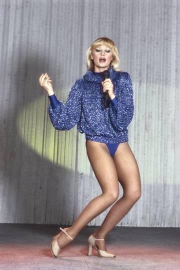 Raffaella Carrà cantando y baliando en 1983. Carrà se hizo popular en España en 1975 tras actuar en el programa 'Señoras y señores' de TVE.