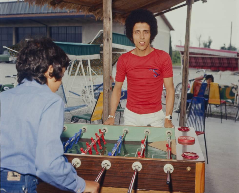 Gianni Bella, autor de 'Este amor ya no se toca', jugando al futbolín en 1974.