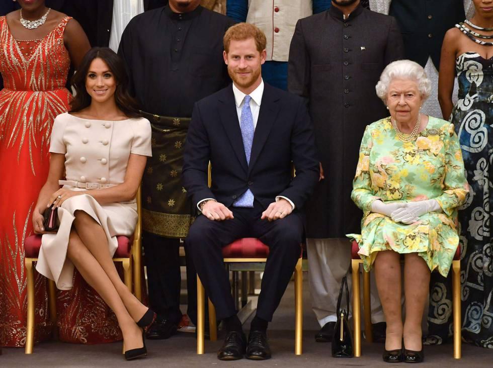 La reina Isabel, con los duques de Sussex en junio de 2018.